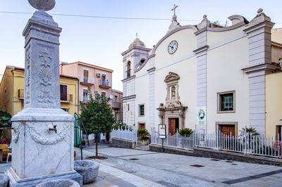 Chiesa San Nicola di Bari e fontana del calice