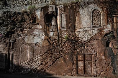 Bassorilievo su parete rocciosa